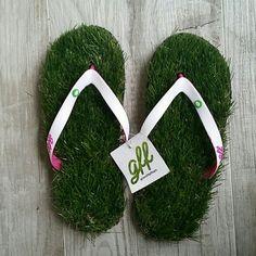 96343990fd3454 Grass flip-flops These fit a size 8-10