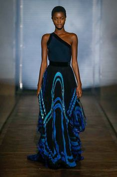The complete Givenchy Spring 2018 Couture fashion show now on Vogue Runway. Vogue Fashion, Fashion 2018, Trendy Fashion, Runway Fashion, High Fashion, Luxury Fashion, Fashion Show, Fashion Outfits, Fashion Design