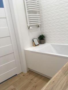 Łazienka biała strukturyzowana drewniana podłoga Bathroom Interior, Bedroom Decor, Bathtub, Design, Home Decor, Houses, Home, Standing Bath, Bathtubs