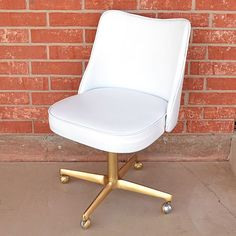 Make over an old vinyl chair with only spray paint! Bar Stool Makeover, Office Chair Makeover, Office Decor, Oversized Chair, Leather Dining Room Chairs, Living Room Chairs, Teen Room Organization, Painting Leather, French Provincial Chair