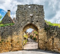 An ancient stone gate leads into the village of Domme on the River Dordogne ✯ ωнιмѕу ѕαη∂у Limousin, Bordeaux, Saint Junien, La Dordogne, Poitiers, Beaux Villages, French Alps, Old Stone, Medieval Town