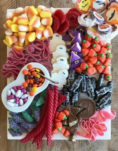 Adorable candy platters for you next Halloween party Dulceros Halloween, Postres Halloween, Halloween Food For Party, Halloween Desserts, Holidays Halloween, Halloween Treats, Halloween Candy Buffet, Best Halloween Candy, Halloween Entertaining