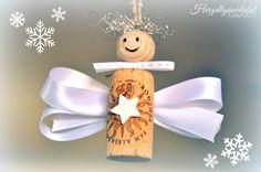 Aus Flaschen-Korken kleine süße (Schutz-)Engel basteln. Als weihnachtliche Geschenk-Anhänger, zur Dekoration oder als weihnachtliches Mitbringsel.. Anleitung im Blog unter http://www.herzallgaeuerliebst.de