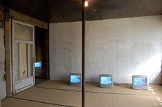 オノ・ヨーコのインスタレーション『北海道のためのスカイTV』をギャラリーと寺で再現