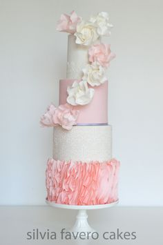 Muchas rosas y volados para esta torta de 15 años rosa y blanca. | A lot of roses and ruffles for this pink and white cake.