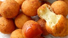 Wirf 500 g Käse in eine Schüssel und mische ihn mit Ei und Mehl. Danach musst du nur noch frittieren. Lecker!