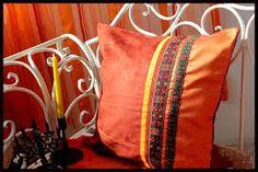 Resultado de imagem para como combinar almofadas com sofa marrom