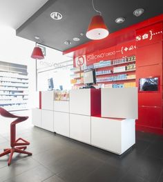 Pharmacie Daron à Limoges, France. Comptoir Pixel mis en scène. Shop Interior Design, Retail Design, Store Design, Cosmetic Shop, Mobile Shop, Store Fixtures, Retail Space, Pharmacy, Wall Shelves
