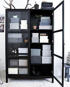 Blijft mooi zo'n zwarte vitrinekast. Goed georganiseerd met de dozen.
