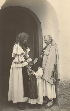 Peasant Family in Sibiu, Romania, Vintage Photographs, Vintage Photos, Folk Costume, Costumes, Transylvania Romania, Romania Travel, Medieval Town, Historical Pictures, People Of The World