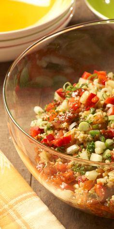 Der frische Bulgur-Salat mit Tomaten, Frühlingszwiebeln & Gurke ist perfekt für den Sommer. Kreuzkümmel verleiht ihm eine besondere Note!