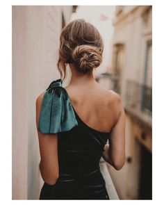 Simple mum life approved hair for when you are going out and need to look pulled together Party Fashion, Look Fashion, Fashion Outfits, Vestidos Velvet, Lookbook, Dress To Impress, Cute Dresses, Evening Gowns, Marie