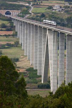 Tren sobre viaducto O'Eixo (Tramo Ourense - Santiago). Autor: Chou Pesqueira