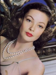 GENE TIERNEY   1940s Old Hollywood Actresses   Pearl Necklace