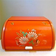 Vintage Kitchen Items Mama Will Remember Bread Boxes Vintage Bread Boxes, Vintage Tins, Vintage Love, Vintage Antiques, Retro Vintage, Vintage Dishes, Kitchen Items, Kitchen Tools, Kitchen Gadgets
