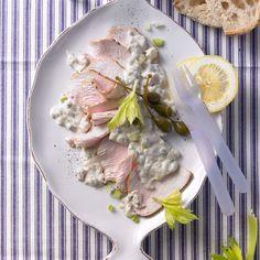 Vitello tonnato mit Kalbfleisch mit Tunfischsoße ist ein italienischer Klassiker. Unsere kinderfreundliche Variante setzt auf Putenbraten. Saure Sahne macht die Soße leicht. Foto: Thomas Neckermann