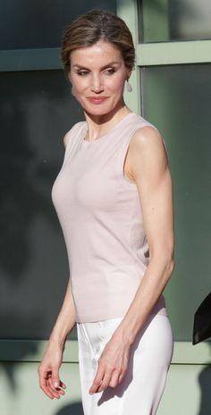 Reina Letizia. Por debajo lucía un fino jersey de cuello redondo en tono nude rosado de Hugo Boss, a juego con sus sandalias de tiras cruzadas de Magrit