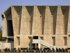 Tagore Memorial Hall, Ahmedebad, 1966 by Pritzker prize award winner Balkrishna Doshi. Architecture Concept Drawings, Architecture Panel, Architecture Portfolio, Landscape Architecture, Landscape Design, Prix Pritzker, Architectural Photographers, Architect Design, Architects