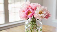 Tuto radu mi dal před lety tchán a těžíme z ní dodnes: Každý zahrádkář potřebuje pro bohatou úrodu jen tuto 1 věc! – Domaci Tipy Pink Peonies, Design Elements, Glass Vase, Centerpieces, Flowers, Bouquets, Google Search, Elements Of Design, Bouquet