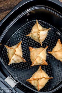 Buffalo Chicken Wontons, only 6 ingredients and ready in 15 minutes, perfect for game day! This airfyer wonton recipe comes together in just 15 minutes and is super easy to also prepare ahead of time, making game day a breeze! Wonton Recipes, Gourmet Recipes, Chicken Recipes, Healthy Recipes, Wonton Appetizers, Italian Appetizers, Oven Recipes, Pasta Recipes, Yummy Recipes