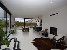 Nieuwbouw vrijstaande woning – Ypsilon architecten, witte gietvloer - driedelig schuifraam - open haard