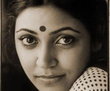 Deepti Naval (born 3 February is an acclaimed Indian actress who has worked in over 70 Hindi films. She has most often worked in arthouse and independent films, known as parallel cinema in India. Bollywood Posters, Bollywood Photos, Bollywood Actors, Bollywood Girls, Deepti Naval, Indian Star, Vintage Bollywood, Thing 1, Most Beautiful Indian Actress