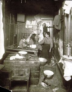 1910 Poor Home, New York City Tenement by Lewis Hine and let this say that you think you have it hard ya right Vintage Pictures, Old Pictures, Photos Du, Old Photos, Lewis Wickes Hine, Photo New York, Eastman House, Fotografia Social, Foto Transfer