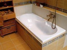 Простой способ сделать ванну белоснежной. 1. Смешайте по 2 ст.л. кальцинированной и питьевой соды и натрите влажную ванну этой смесью. 2. Через 5-10 минут возьмите 50 г уксуса и 50 г отбеливателя. Не смывая первый чистящий слой, нанесите поверх него другой. 3. Через полчаса ополосните резервуар большим количеством воды. Ваша ванна станет белоснежной - вы убедитесь в этом сами!