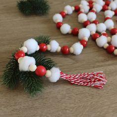 DIY : Une guirlande pompons et perles en bois pour Noël Christmas Wreaths, Christmas Ornaments, Gnomes, Holiday Decor, Fabric Dolls, Pom Poms, Diy Garland, Tassel Garland, Christmas Bells