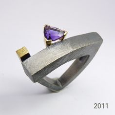 Anell de plata, or groc 18q i una amatista. Lluís Comín Silver and gold ring with amethyst. Lluís Comín