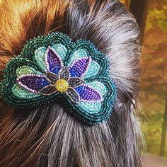 Floral barette 💙🌱🌼💚 #floral #barette #hairaccessories #hairclip #floralbeadwork #beadwork #nativebling #beading #nativeartist #beadworkartist #nativebeadwork #wearableart #seedbeads #handbeaded #bluhummingbird #flatstitch #beadedflowers #blueflower #ooak #closeup #accessorize #brunette #ndn #powwowbling Native Beading Patterns, Native Beadwork, Beaded Moccasins, Nativity Crafts, Native American Beading, Beading Projects, Loom Beading, Bead Earrings, Bead Art