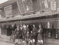 文化元年(西暦1804年)松本市に 「蔦屋(つたや)」薬種商を開設: 岡野薬品株式会社 (大正の頃) Taisho Period, Taisho Era, Old Photos, Vintage Photos, Japanese Design, History, Concert, Old Pictures, Japan Design