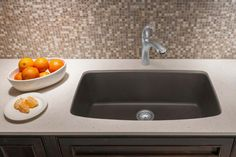 Looking for a roomy sink? The large single bowl of the BLANCO VALEA fits the bill. SILGRANIT sink in Cafe Brown.