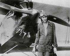 La aviadora, Amelia Earhart, se convierte en la primera mujer en cruzar el Océano Atlántico en avión. [1928]