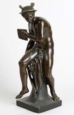 Bronze Götterfigur Bronze, Hermes der Götterbote mit geflügeltem Helm, mit Schwert, Panflöte auf Sockel mit Tuch sitzende, quadratischer Sockel mit Siegel *Bronce Garanti*, H ca. 33,5 cm, gut erhalten