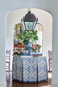 Blue-and-White Decor for Every Room - Flower Magazine Elegant Table Settings, Hydrangea Not Blooming, Striped Cushions, Hand Painted Walls, Blue Bouquet, Blue And White China, Blue China, More Wallpaper, Design Trends