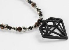 Een armband met een hanger in de vorm van een diamant