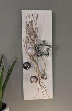 AW79 - Weihnachtliche Wanddeko! Holzbrett, weiß gebeizt, dekoriert mit einem Rebenast, kleine Holzsterne, Kugeln und einem Miniglockenstern! Preis 34,90€ Größe 20x60