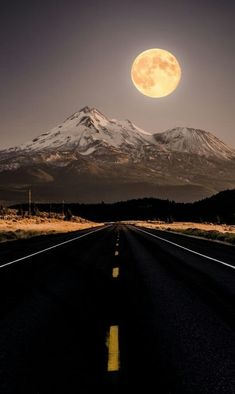Full Moon Rising Over Mount Shasta, captured from the road. Photography by Derek Kind Beautiful Moon, Beautiful World, Moon Beauty, Monte Shasta, Stars Night, Usa Holidays, Shoot The Moon, Under The Moon, Moon Pictures