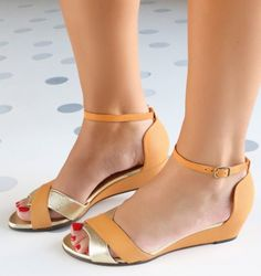 Chie Mihara shoes, sandals, blocs and boots. Buy now original, feminine footwear. Designer shoes of maximum comfort! Buy Shoes, Shoes Heels Boots, Store Shoes, Samara, Loafers For Women, Shoes Women, Women Sandals, Cute Sneakers, Women's Feet