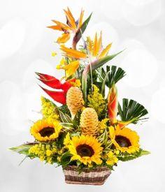 Sorprenda a su ser querido con esta magnífico bouquet de girasoles y aves del paraíso, elaborado en una canasta de mimbre.