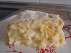 Ingredientes: 3 ovos 180g de farinha de trigo 180g de açúcar 30g de coco ralado 40ml leite 40ml de leite de coco 1 colher (chá) de fermento químico em pó pitada de sal 1 abacaxi maduro picado em cubinhos + 1 xícara (chá) de açúcar Camada de Creme: 1 lata de leite condensado 100ml de …
