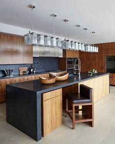 diseño de cocina en negro y madera