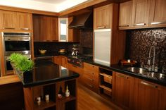 Hacer uso de diferentes materiales, en la construcción de equipamiento, permite que los diferentes espacios se diferencien y adopten sus propias personalidades. ¿Qué les parece la madera de esta cocina?