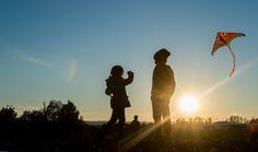 Kinder lassen im Sonnenuntergang einen Drachen auf einem Feld bei Lengefeld im Unstrut-Hainich-Kreis steigen. Foto: Alexander Volkmann