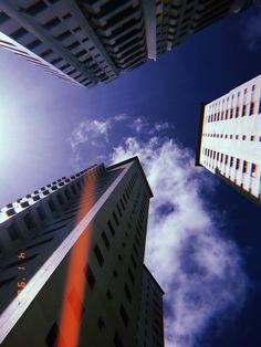 Prédios e o céu azuk com nuvens, pela visão do app HUJI.