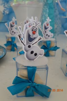 Caixinha de acrílico frozen Tamanho 5x5 Não acompanha doce dentro A cor da fita pode ser alterada Pedido Mínimo 20 Unidades R$ 3,50 Frozen Themed Birthday Party, Elsa Birthday, Birthday Party Themes, Girl Birthday, Anna Frozen, Frozen Cake, Olaf Frozen, Frozen Party Centerpieces, Candy Bar Frozen