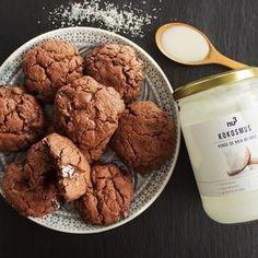 Cookies vegan au chocolat - cookies sans beurre - cookies sains - purée de coco - recette vegan - recette rapide et facile - retrouvez toutes nos recettes sur notre instagram @nu3_fr Snacks Sains, Vegan, Biscuits, Chocolate, Breakfast, Desserts, Instagram, Food, Drizzle Cake