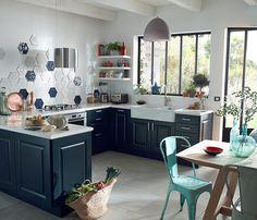 Rappels de bleus  Dans cette cuisine, les meubles bleu canard donnent le ton. Un pari gagnant d'autant que le  carrelage reprend la même couleur et signe un rappel chic et discret.  http://www.castorama.fr/store/pages/zoom-sur-la-cuisine-Candide-bleu-nuit.html