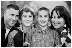 family photography posing with older kids - picture ideas - Familie Blended Family Pictures, Cute Family Pictures, Family Picture Poses, Family Picture Outfits, Fall Family Photos, Family Photo Sessions, Family Pics, Older Family Photos, Big Family